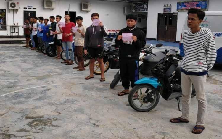 Belasan remaja pelaku balapan liar saat diamankan di Kantor Satlantas Polres Kotim, Minggu (10/5).