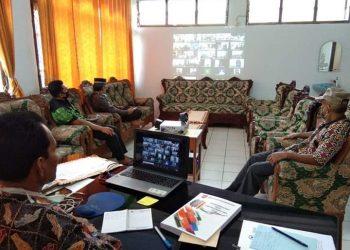Video conference (Vikon) antara pihak KPK dan Publikasi Program Penanganan Covid-19 di wilayah Provinsi Kalteng yang diikuti oleh Inspektur, Kabag Humas dan awak media se-Kalimantan Tengah. Foto : yus