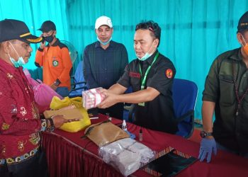 Gubernur Kalteng Sugianto Sabran pada saat menyerahkan secara simbolis bantuan sembako dan uang tunai kepada warga Kecamatan Mentaya Hulu Kabupaten Kotim, Minggu (17/5/2020). Foto : Ra