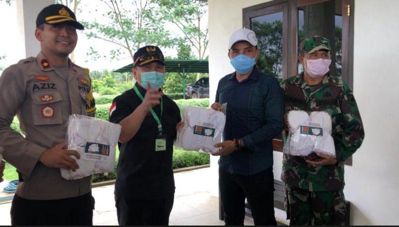 Gubernur Kalteng H Sugianto Sabran (dua dari kiri), pada saat menyerahkan secara simbolis bantuan berupa masker kepada Bupati Kabupaten Kotawaringin Timur Supian Hadi (dua dari kanan). Foto : Ra