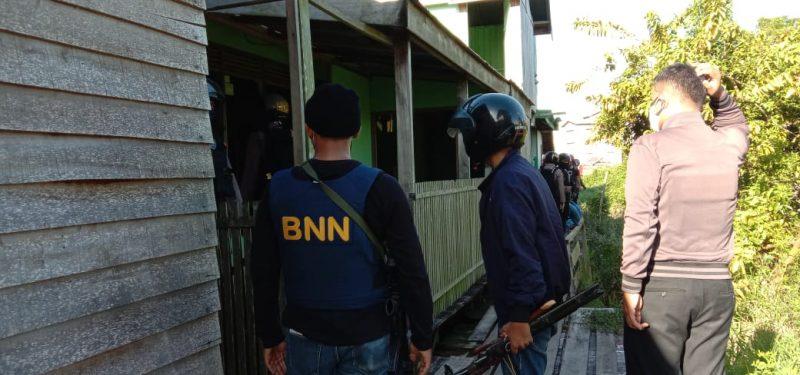 Tim gabungan BNN dam Polda Kalteng melakukan penggerebekan di Jalan Murjani Palangka Raya, Selasa (19/5/2020). Foto : am