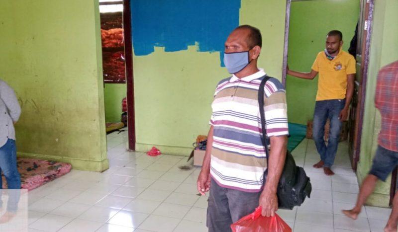 TERLANTAR - Agus Pribadi asal jawa Timur yang terlantar di Kumai selama 20 hari. Foto : Yus