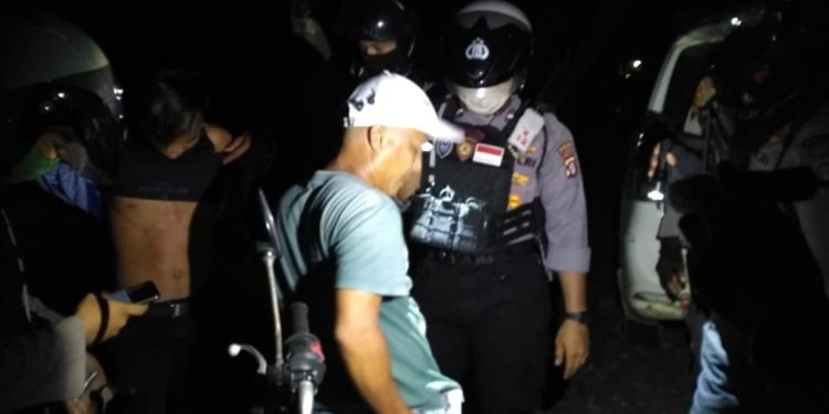 Untuk memberikan rasa aman warga Kota Palangka Raya Ditsamapta Polda Kalteng menggelar patroli malam ke tempat-tempat rawan kejahatan, Jumat (22/5/2020) malam. Foto : Am