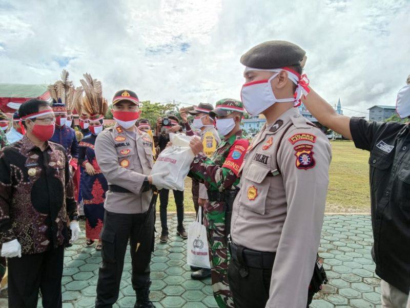 Kapolres Katunhan, AKBP.Andri Siswan Ansyah Serahkan Sembako berupa beras kepada personil untuk didistribusikan kepada masysrakat. Foto : MI