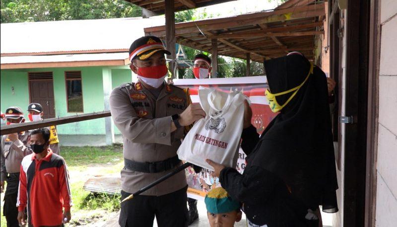 Kapolres Katingan, Bersama Forkopinda serahkan bantuan beras kepada masyarakat. Foto : MI