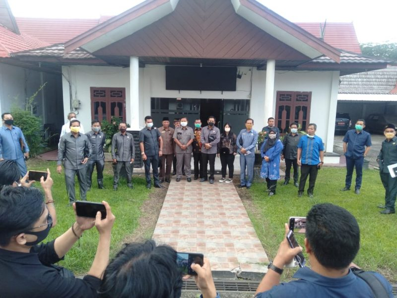Sejumlah anggota DPRD Kotim saat poto bersama seusai rapat internal Senin (4/5).