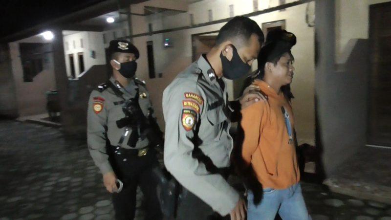 Pelaku saat diamankan petugas Ditsabhara Polda Kalteng Selasa (5/5) tadi malam.