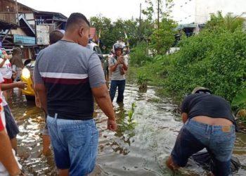 Warga dan petugas kepolisian saat mengevakuasi jasad korban Kamis (7/5).