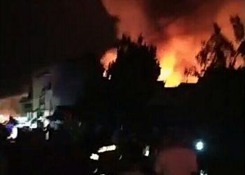 Warga saat menyaksikan peristiwa kebakaran rumah di Jalan Soetoyo Kuala Kapuas Sabtu (9/5) dini hari.
