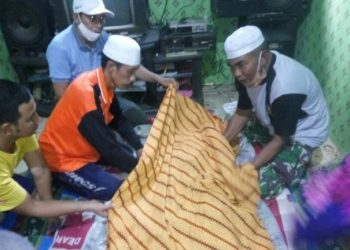 Jasad korban saat dievakuasi ke rumah duka Sabtu (9/5).