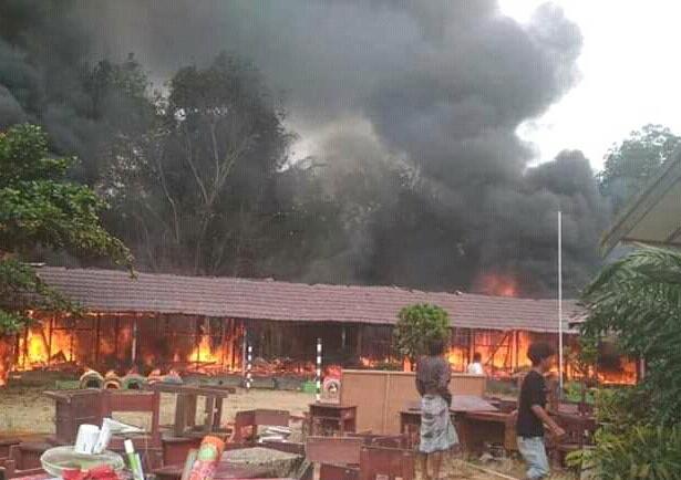 Kobaran api saat menghanguskan bangunan sekolah Minggu (10/5).