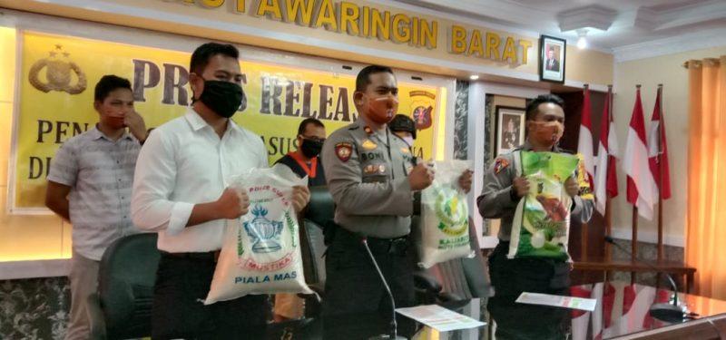 Wakapolres Kobar Kompol Boni Arifianto saat memperlihatkan barbuk beras oplosan dan tersangka ketika menggelar press release Senin (11/5).