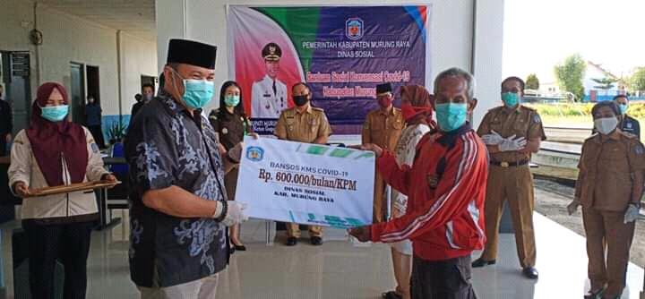 Ketua DPRD Mura Doni SP. M.Si saat menyerahkan secara simbolis bantuan KMS kepada masyarakat Senin (11/5).