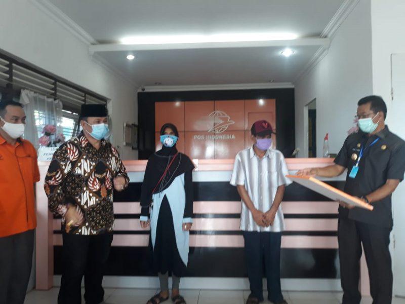 Ketua DPRD Mura Doni SP. M.Si bersama Bupati Mura Perdie saat menyerahkan secara simbolis bantuan Selasa (19/5).