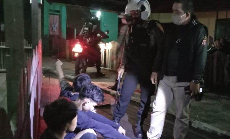 Wadir Samapta Polda Kalteng AKBP Timbul RK Siregar saat menggintrogasi tiga remaja yang kedapatan berjudi Rabu (20/5).