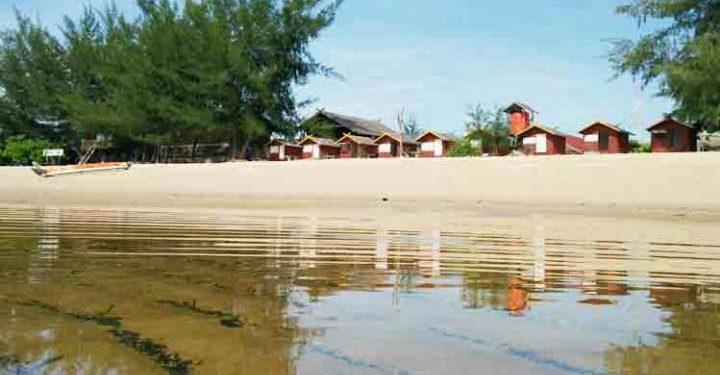 Objek wisata Pantai Ujung Pandaran.