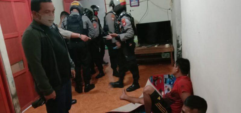 Wadir Ditsamapta Polda Kalteng AKBP Timbul RK Siregar saat mengintrogasi kedua pelaku saat menggerebek Jumat (22/5) malam.