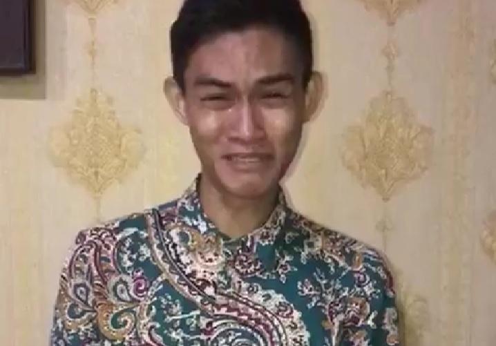 Oknum mahasiswa saat menangis ketika dipanggil ke ruang Bidhumas Polda Kalteng Selasa (26/5).