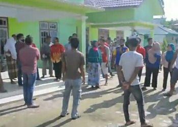 Puluhan warga Desa Kubu saat mendatangi Kantor Desa Kubu Rabu (27/5).