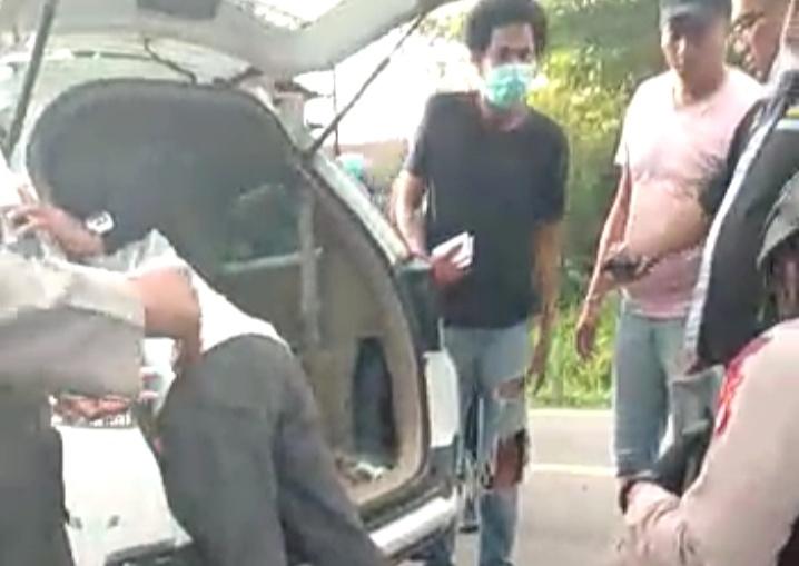 Petugas saat menggeledah mobil yang hendak menyelundupkan sabu masuk Kota Palangka Raya Rabu (27/5).