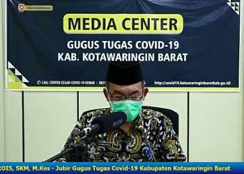 Juru Bicara Gugus Tugas Covid-19 Kobar Achmad Rois saat merilis penambahan pasien baru Jumat (29/5).