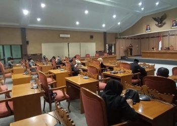 Anggota DPRD Kotim saat mengikuti rapat paripurna Jumat (29/5).
