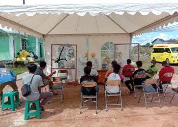 Foto IST: Humas RSUD Lamandau - Pengambilan sampel uji swab kepada 10 pekerja di RSUD Lamandau, beberapa waktu lalu.