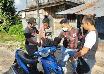 Anggota Resmob Polresta Palangka Raya saat menangkap pelaku Sabtu (30/5).