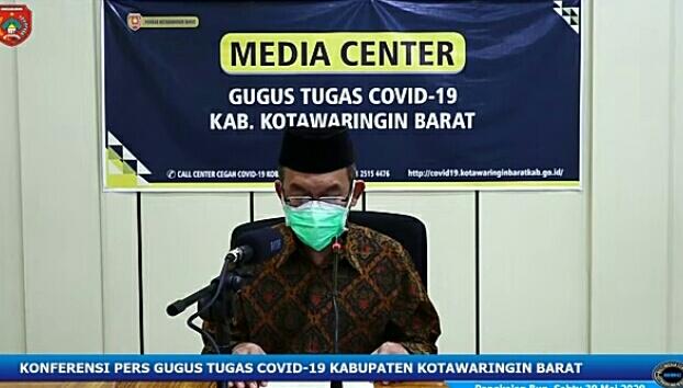 Juru Bicara Gugus Tugas Covid-19 Kobar Achmad Rois saat mengumumkan penambahan pasien baru positif Sabtu (30/5).