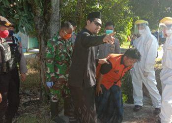 Petugas Ditsamapta Polda Kalteng saat hendak mengevakuasi pria gangguan jiwa Minggu (31/5).