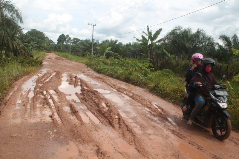 Ruas jalan yang mengalami kerusakan saat dipoto Minggu (31/5).
