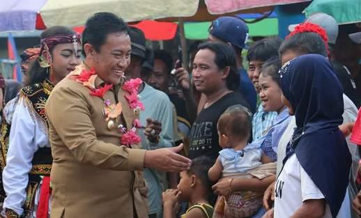 Bupati Pulang Pisau Edy Pratowo saat menyapa warganya.