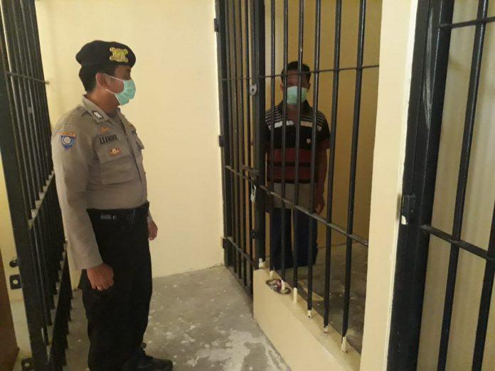 Tersangka saat diamankan di Mapolsek Katingan Kuala Minggu (31/5).