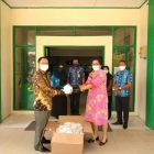 Bupati Sakariyas serahkan masker N-95 kepada Direktur RSMA Kasongan, dr. Agnes Nissa Paulina. Foto : MI