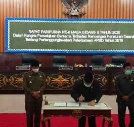 Ketua DPRD Mura Doni SP.M.Si disaksikan Bupati Mura Perdie M Yoseph saat menandatangani berita acara pengesahan laporan pertanggungjawaban APBD 2019, Jumat (26/6).
