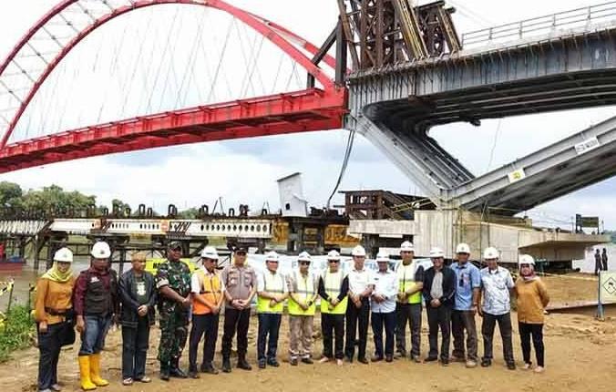Gubernur Kalteng Sugianto Sabran bersama rombongan saat meninjau jembatan Tumbang Samba.