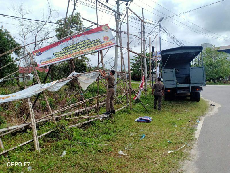Satpol-PP tertibkan baliho, spanduk dan reklame merusak pemandangan. Foto : MI