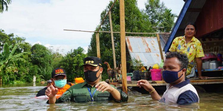 Bupati Lamandau, Hendra Lesmana menyerahkan bantuan kepada warga yang terkena banjir di Lamandau. Foto : Ist