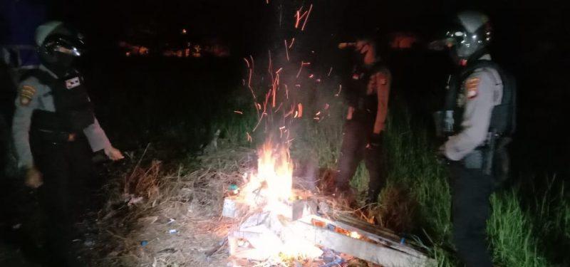Polisi membakar alat-alat yang digunakan untuk kegiatan dadu gurak di Jl Temenggung Tilung Palangka Raya, Senin dinihari. Foto : Am