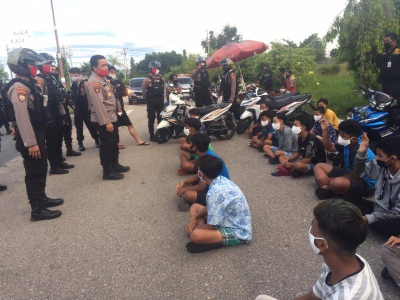 DIBUBARKAN - Aparat Ditsamapta Polda Kalteng membubarkan aksi balapan liar sejumlah remaja di Jl Adonis Samad dekat bandara Tjilik Riwut Palangka Raya, Rabu (17/6/2020). Foto : Am