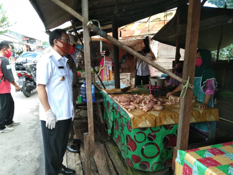 Bupati Sakariyas, Sosialisasikan New Normal, sekaligus membagikan masker kepada masyarakat di Pasar Kasongan, Rabu (3/6/2020). Foto : MI.