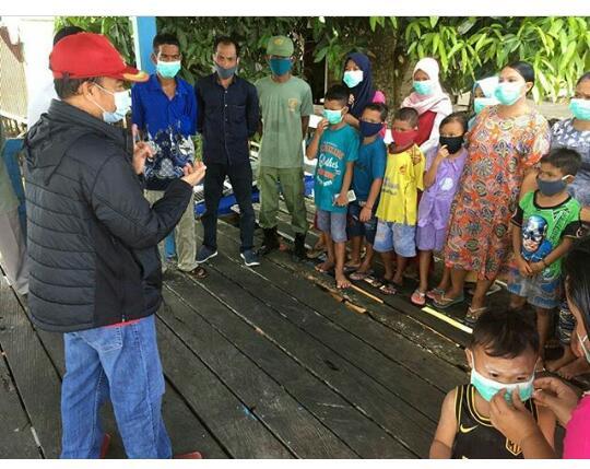 Bupati Kabupaten Seruyan, Yulhaidir saat terjun langsung ke masyarakat menjelaskan bansos, Rabu (3/6/2020). Foto : Ro