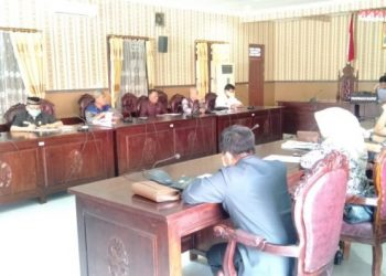 Wakil Ketua DPRD Kotim Rudini dan sejumlah anggota darai 7 fraksi saat mengikuti rapat Selasa (2/6).