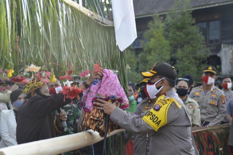 Kapolda Kalteng, Irjen Dedi Prasetyo disambut potong pantan upacara khas adat Dayak Kalteng. Foto : MI