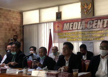 Ketua Umum KONI Edy Raya Syamsuri bersama jajaran pada saat mengikuti rapat virtual bersama KONI Pusat. Foto : Ra