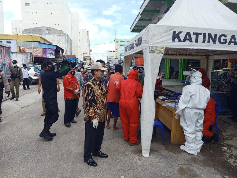 Bupati Sakariyas, Pantau pelaksanaan Rapid Tes Pedangang Pasar Kereng Pangi. Foto : MI
