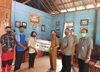 Bupati Sakariyas, serahkan manfaat BPJS Ketenagakerjaan kepada keluarga Alm. Holendriadi. Foto : MI