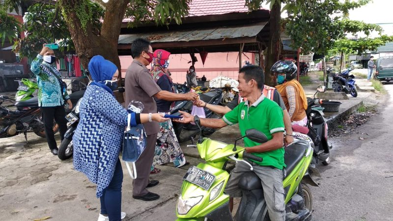 Anggota Komisi C DPRD Kalteng membagikan masker dan sabun kepada warga saat reses di Kasongan, Senin (1/6/2020). Foto : MI