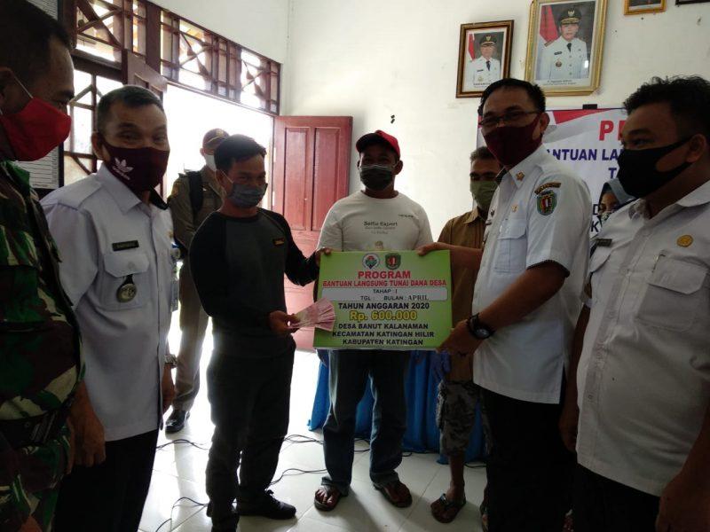 Wabup Sunardi NT. Litang, serahkan simbolis BLT  kepada masyarakat Desa Banut Kalanaman, Katingan, Rabu (3/6/2020). Foto : MI