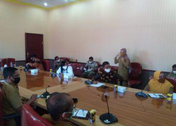 Anggota DPRD Kalteng Hj Mariani bersama rombongan saat menghadiri pertemuan dengan unsur SOPD Pemkab Kobar di Aula Kantor Bupati Kobar Selasa (2/6).